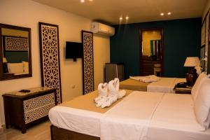A bed or beds in a room at Great Pyramid Inn