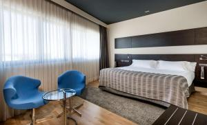 A bed or beds in a room at NH Madrid Las Tablas