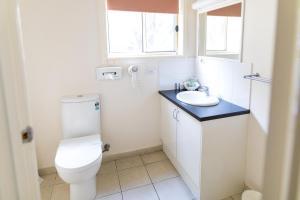 A bathroom at Best Western Mill Park Motor Inn