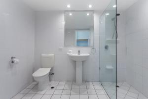 A bathroom at 2 Bedroom Poinciana Lodge