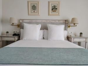 A bed or beds in a room at Guadacorte Park