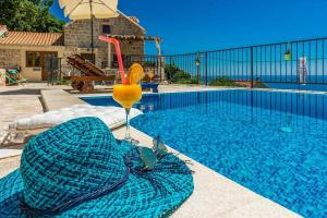The swimming pool at or close to Mlini Villa Sleeps 8 Pool Air Con WiFi