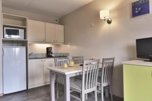 A kitchen or kitchenette at Résidence Pierre & Vacances Eguzki
