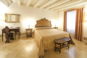 A bed or beds in a room at Relais Fra' Lorenzo