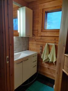 A bathroom at Kaijonselän mökit Kaita