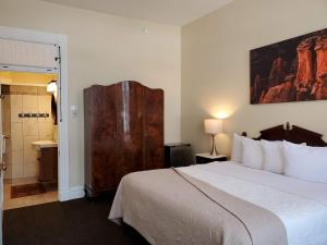A bed or beds in a room at Hotel Ouray - for 12 years old and over