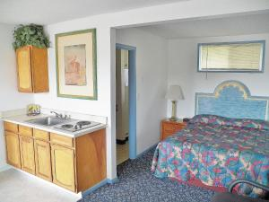 A bed or beds in a room at Ocean Avenue Inn