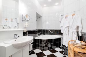 A bathroom at Schlosshotel Rosenau Superior