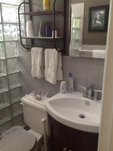 A bathroom at Coral Reef Guesthouse