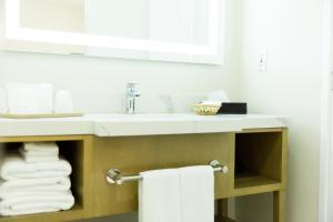A bathroom at Los Viajeros Inn