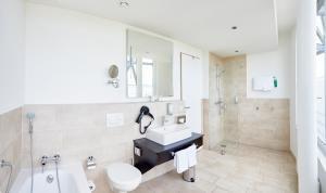 A bathroom at Hotel Oversum Winterberg Ski- und Vital Resort