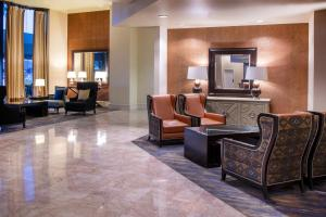 A seating area at Sheraton Mission Valley San Diego Hotel