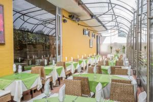 A restaurant or other place to eat at Apartamentos Regency La Feria