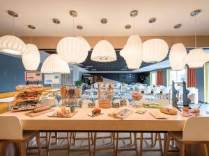 A restaurant or other place to eat at ibis Styles Avignon Sud