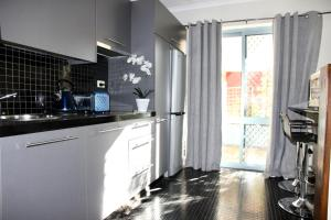 A kitchen or kitchenette at Mariners Court Hotel