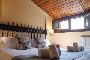 A bed or beds in a room at Hotel Saurat