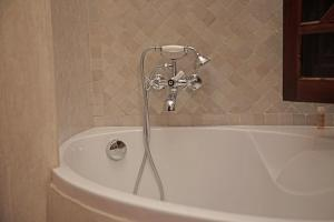 Ein Badezimmer in der Unterkunft Riad Daria Suites & Spa