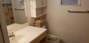 A bathroom at Nana's Place of Homosassa Yellow Cottage