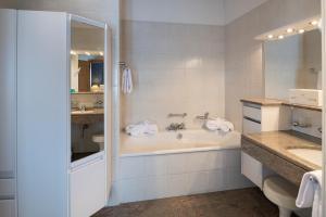 A bathroom at Hotel Post