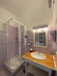 A bathroom at Hôtel Le Colombier