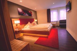 Ein Bett oder Betten in einem Zimmer der Unterkunft Landhotel und Weingasthof Schwarzer Adler