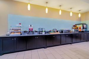 A restaurant or other place to eat at La Quinta by Wyndham DFW Airport West - Bedford