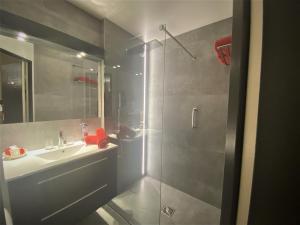 A bathroom at Les Sables d'Ocre