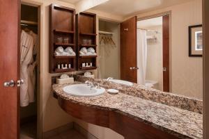 A bathroom at Royal Canadian Lodge
