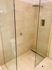 A bathroom at Royal Albert Hotel