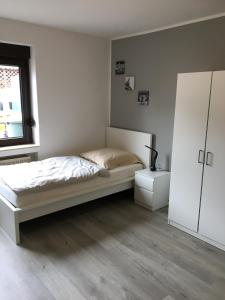 A bed or beds in a room at Gemütliches Ferienzimmer Hürth