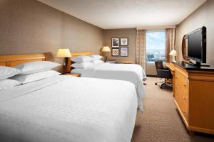 A bed or beds in a room at Sheraton Cleveland Airport Hotel