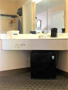 A bathroom at Travelodge by Wyndham Las Vegas Center Strip