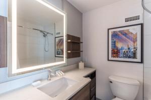 A bathroom at Hilton Garden Inn San Francisco/Oakland Bay Bridge