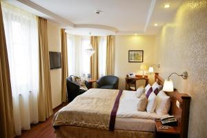 A bed or beds in a room at Gold Hotel Budapest