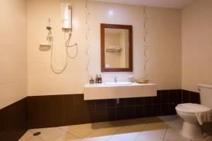 A bathroom at Family Boutique Hotel