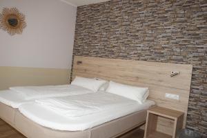 Een bed of bedden in een kamer bij Hotel-Pension Am Böhmepark