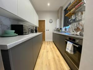 A kitchen or kitchenette at Long Eaton Modern 4bed House