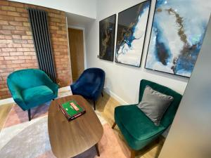 A seating area at Long Eaton Modern 4bed House
