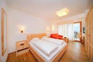 A bed or beds in a room at Hotel Niedermair