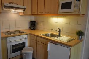 A kitchen or kitchenette at Appartementhaus Ostseeresidenz