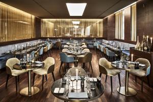 Ein Restaurant oder anderes Speiselokal in der Unterkunft SIDE Design Hotel Hamburg