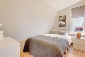 A bed or beds in a room at Canal Apartment Jordaan