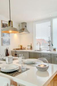 A kitchen or kitchenette at Canal Apartment Jordaan