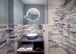 A bathroom at Inntel Hotels Rotterdam Centre