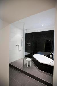 A bathroom at Hotel Gräfrather Hof