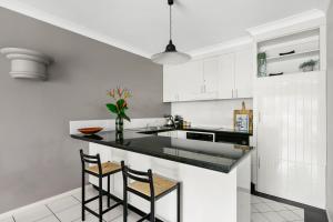 "A kitchen or kitchenette at Belle Escapes - Poolside Apartment Alamanda Beachfront Resort ""56"""