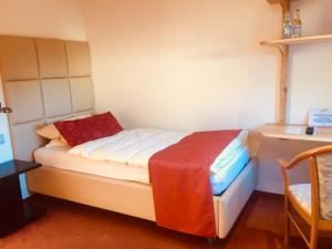 A bed or beds in a room at Hotel - Restaurant Zur Post