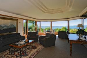 A seating area at Lake Taupo Lodge