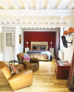 A seating area at La Cour Sainte Catherine, demeure de charme