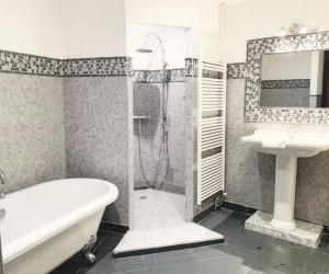 A bathroom at La Cour Sainte Catherine, demeure de charme